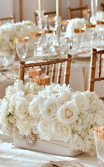 Thème mariage blanc table fleurs